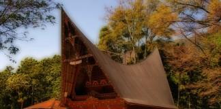 Contoh dari rumah kapal masyarakat proto-melayu: rumah adat balai Batak Toba.