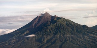 Gunung Merapi, salah satu gunung berapi dalam lintasan Cincin Api Dunia
