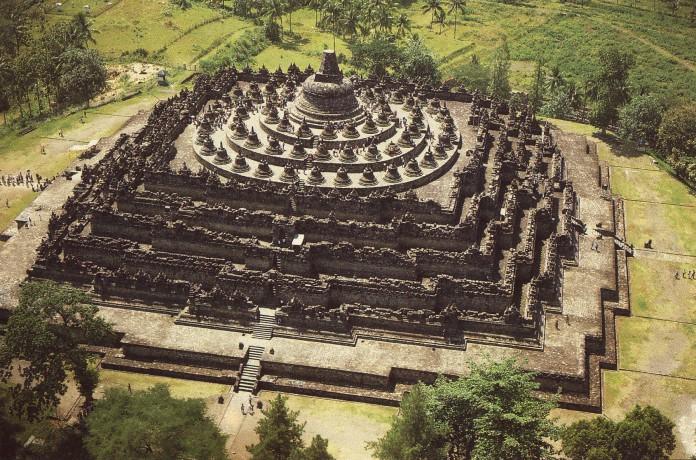 Candi Borobudur merupakan candi utama dari gugus Borobudur. Peninggalan Buddha tersebut diakui oleh UNESCO sebagai warisan dunia.