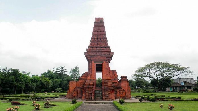 Candi Bajangratu peninggalan Kerajaan Majapahit di Situs Trowulan