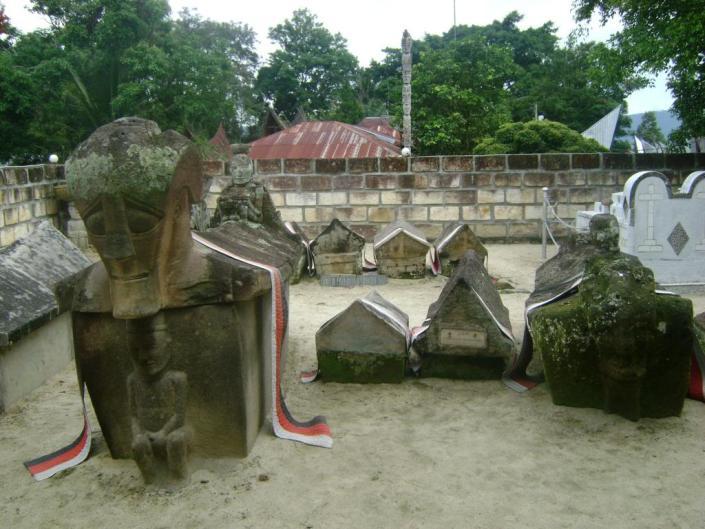 Kubur Batu, Rante Lemo, Tana Toraja menjadi contoh peninggalan budaya megalitik di Nusantara.