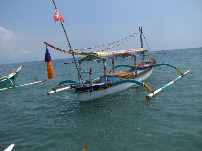Perahu yang memiliki sepasang cadik.