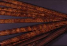 Aksara Ulu yang ditulis pada bilah-bilah bambu.