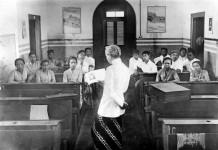 Perguruan Taman Siswa menerapkan sistem among dalam kegiatan belajar mengajarnya.