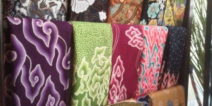 Batik Cirebon bermotif megamendung.