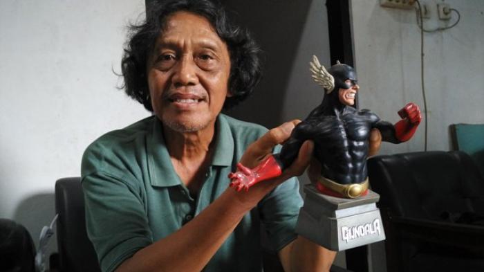 Hasmi atau Harya Suraminata dengan superhero ciptaannya, Gundala Putra Petir