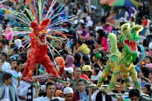 Warak Ngendok diarak dalam karnaval dugderan yang diselenggarakan masyarakat Semarang untuk menyambut bulan puasa. (Foto: ANTARA FOTO/R. Rekotomo)