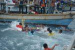 Rebutan sesaji dalam rangkaian acara ruwat laut masyarakat pesisir Bakauheni.