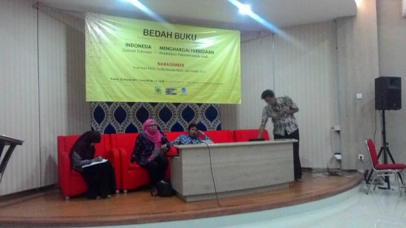 Henry Simarmata berbicara pada acara bedah buku