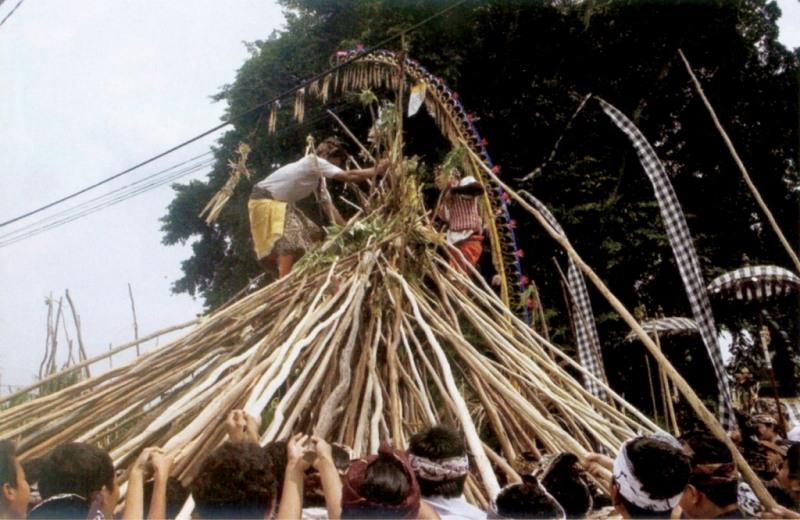 Upacara Mekotek atau Ngerebeg Desa Adat Munggu, Mengwi, Tabanan, Bali