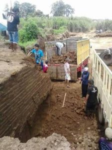 Foto yang diunggah di media sosial memperlihatkan sekelompok orang memindahkan batu bata kuno yang diduga peninggalan Majapahit di Kawasan Cagar Budaya Nasional Trowulan. (Foto: BBC.COM)