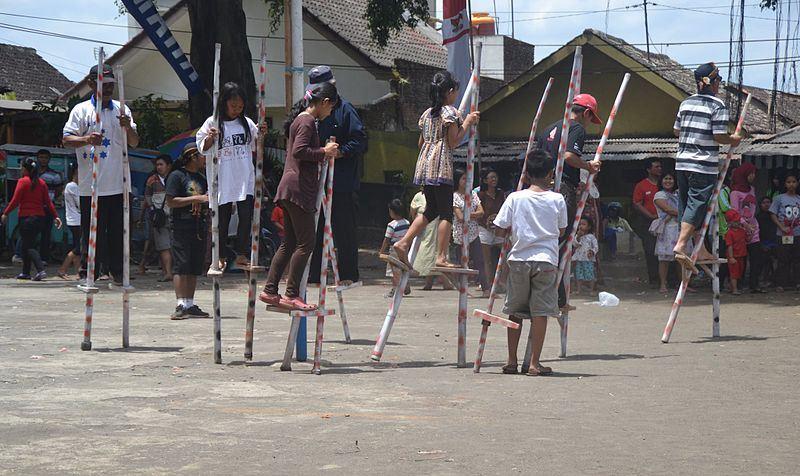 Egrang Bambu Dolanan Tradisional Anak Indonesia Dan Manfaatnya