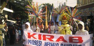 Tradisi dhandhangan menyambut bulan suci puasa di Kabupaten Kudus.