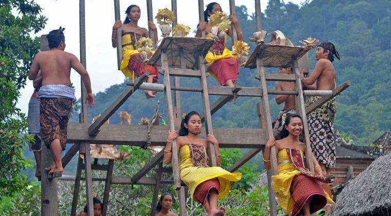Tradisi Meayunan di Desa Tenganan Bali