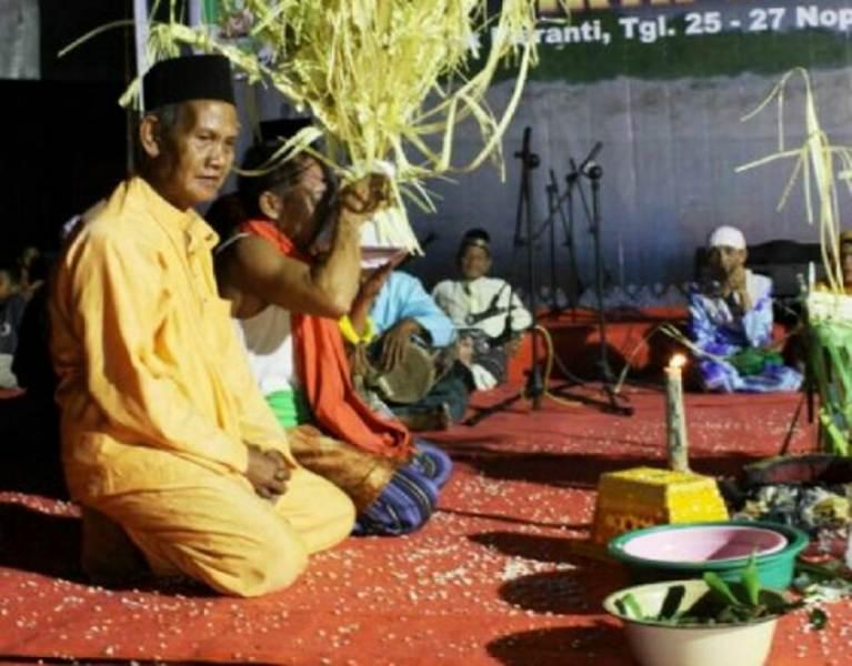 Upacara Belian Suku Petalangan Riau