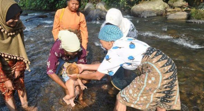 Turun Mandi, Tradisi Syukur atas Kelahiran Seorang Bayi