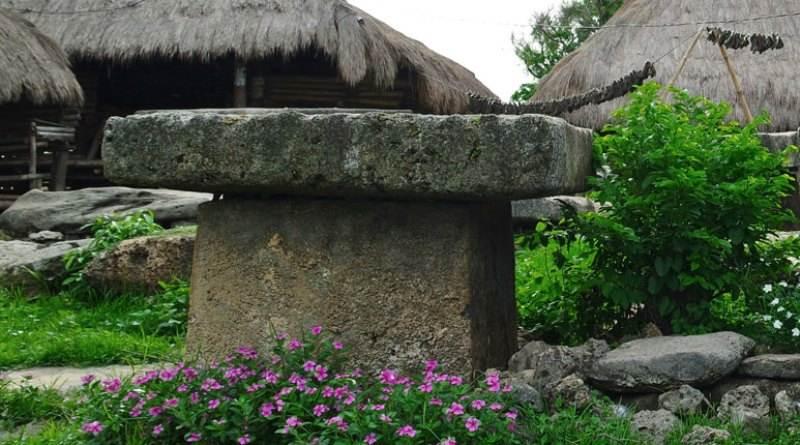 Kubur batu di Kampung Adat Ratenggaro
