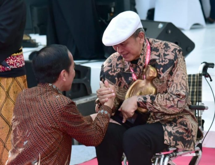 Presiden Joko Widodo menyalami Putu Wijaya