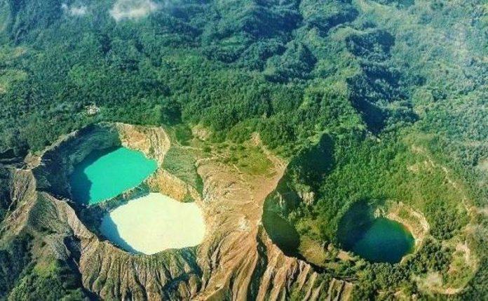 Danau Tiga Warna di Gunung Kelimutu
