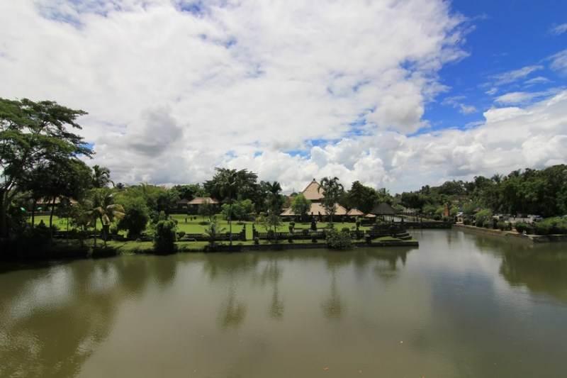 Kolam yang mengelilingi Pura Taman Ayun