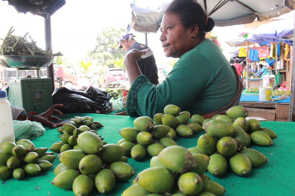 Penjual Sirih Pinang di Pasar Sentani
