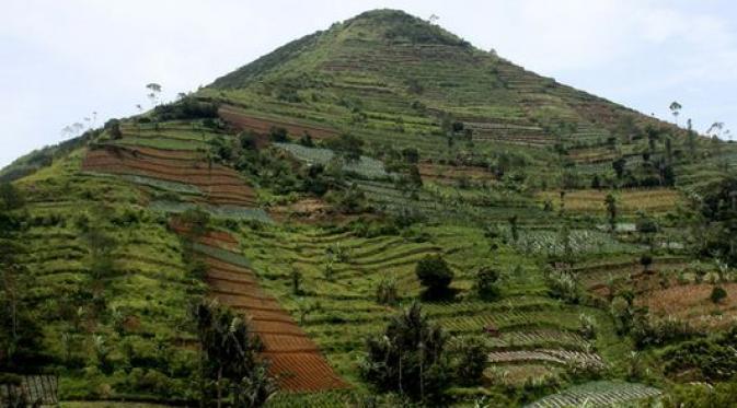 Bentuk Gunung Padang menyerupai piramid. (Sumber: liputan6.com)