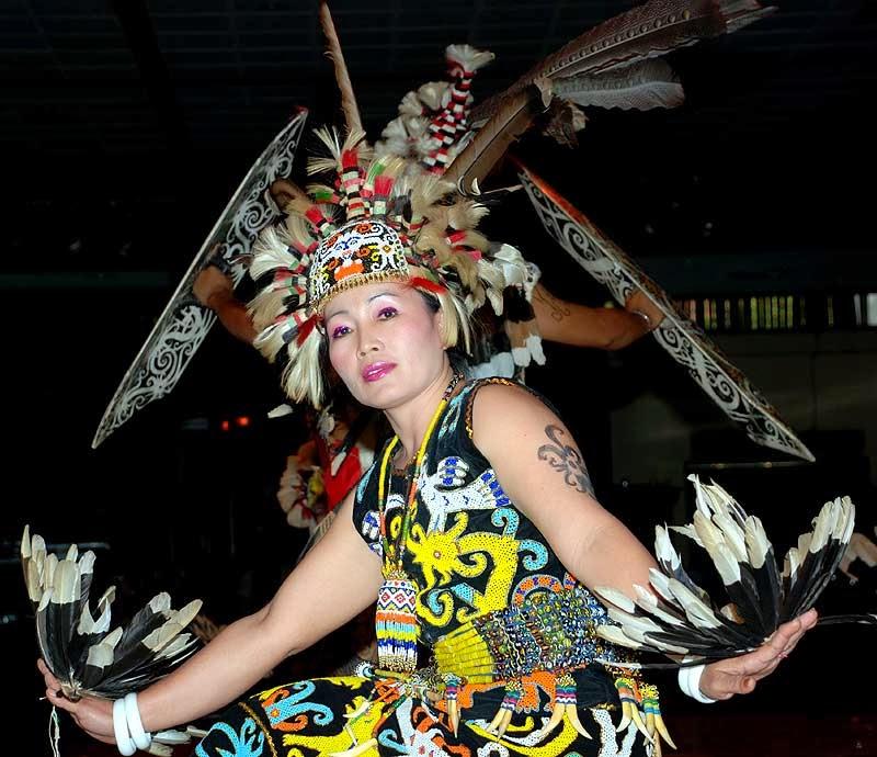 Tari enggang mengambarkan kehidupan sehari-hari burung enggang. (Sumber: titahkusumas.blogspot.id)