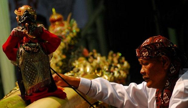 Pertunjukan wayang golek oleh Ki Asep Sunandar Sunarya. (Foto: seleb.tempo.co)
