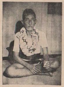 Penampilan keseharian Ki Ageng Suryomentaram: celana pendek dan menyelempangkan kain bermotif parang rusak barong. Pada masa itu, motif ini hanya dikenakan oleh para raja. Ki Ageng mengenakannya sebagai simbol perlawanan.