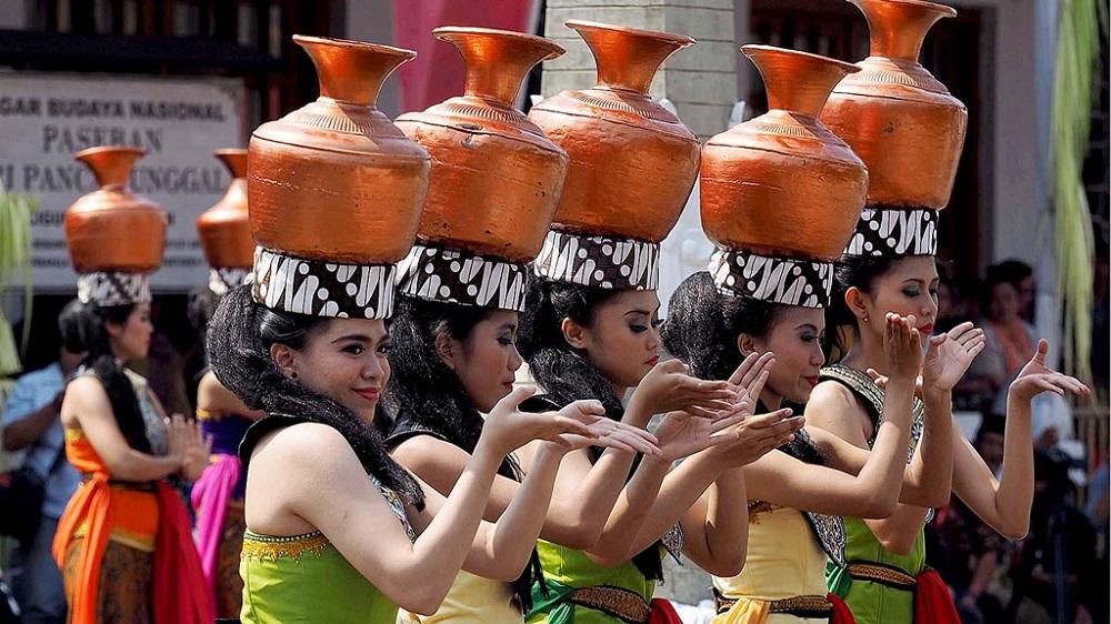Tari Buyung, salah satu tari yang dimainkan dalam rangkaian upacara adat Seren Taun. (Foto: Kompas/Arbain Rambey)