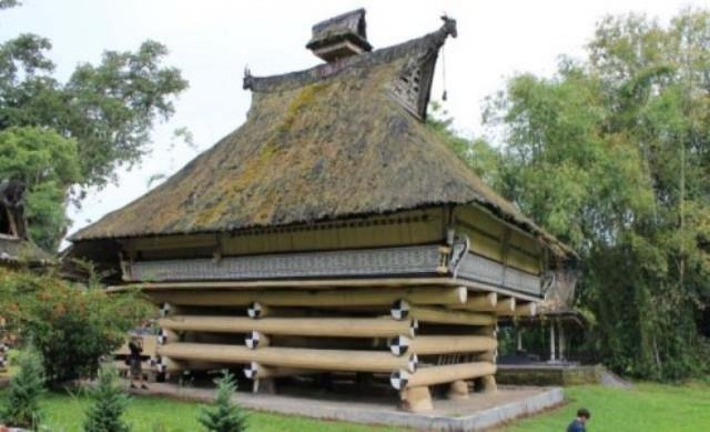 Balok penyangga rumah tradisional Batak Karo yang disusun bertumpang tindih.