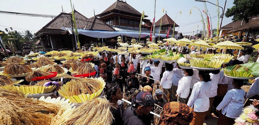 Upacara Seren Taun sebagai ekspresi syukur penganut Sunda Wiwitan di Cigugur. (Foto: Kompas/Arbain Rambey)