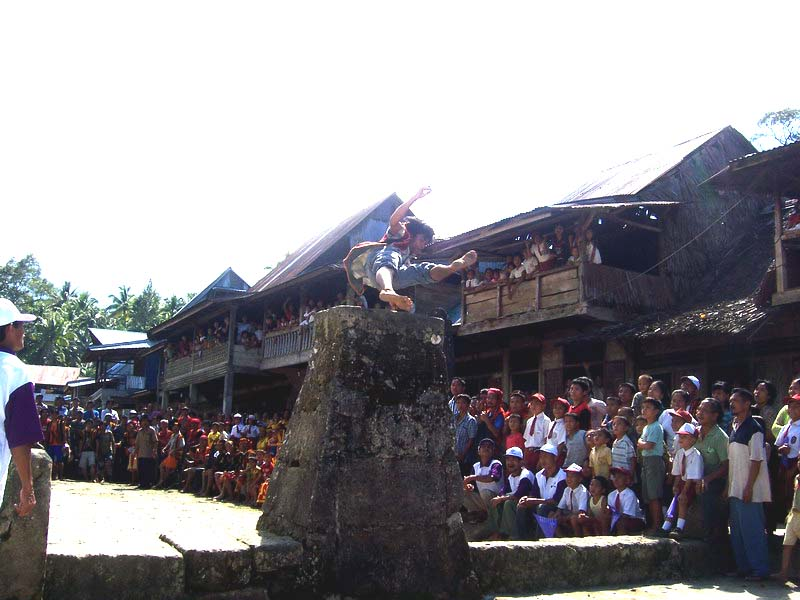 Lompat Batu Nias (Foto: Wikipedia.org)