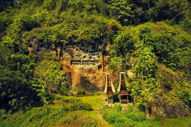 Kubur Batu di Desa Lemo, Tana Toraja (Foto: torajaparadise.com)