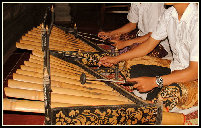 Rindik merupakan alat musik tradisional Bali yang terbuat dari bilah-bilah bambu. (Foto: negerikuindonesia.com)
