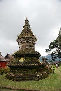 Stupa Buddha di Pura Ulun Danu Beratan (Foto: flickriver.com)