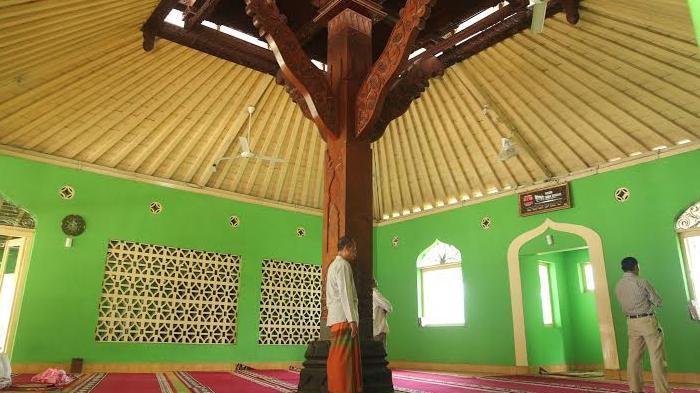Keunikan Masjid Keraton Soko Tunggal Yogyakarta adalah tiang penyangga utamanya hanya satu buah. Dari sinilah nama masjid yang berada di lingkungan Keraton Yogyakarta ini berasal. (Foto: Tribun Jogja/ Hamim Thohari)